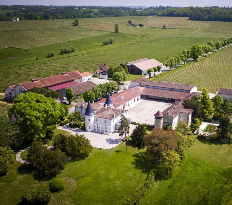 Vue aérienne du Château de Seguin, domaine viticole et événementiel dans le Bordelais